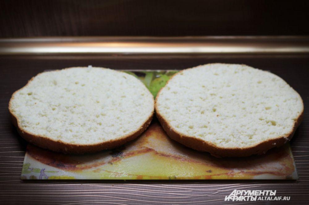 Разрезаем наш бисквит на две части. Если бисквит очень высокий, то на три.