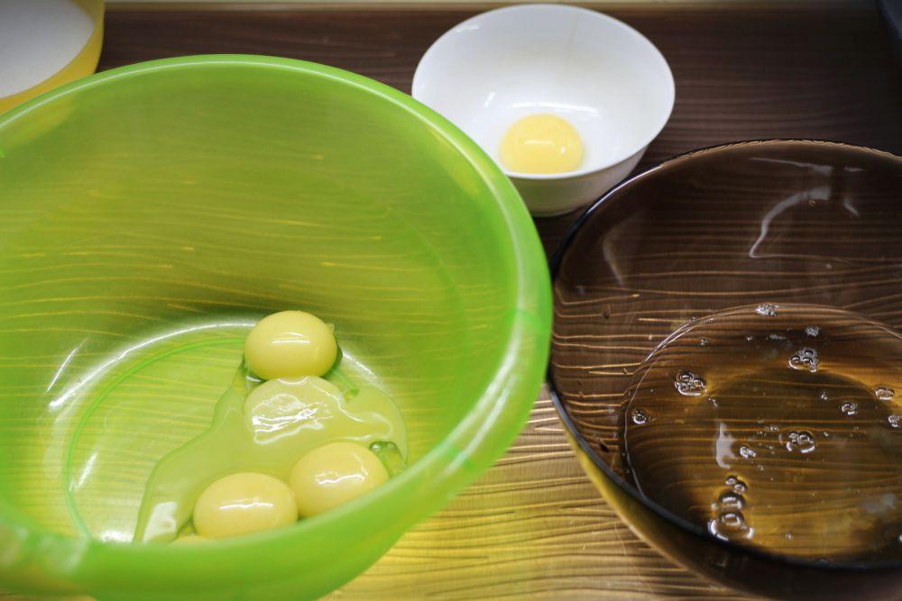 Желтки отделяем от белков в больших чашках. Один желток лишний, убираем его.
