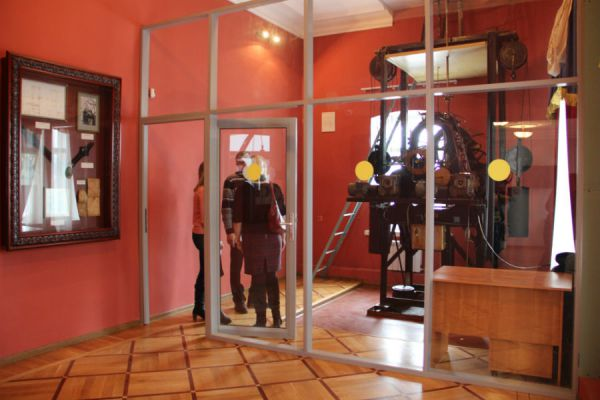 В эту комнату посетителей Музея не пускают. Здесь тикает местное время.