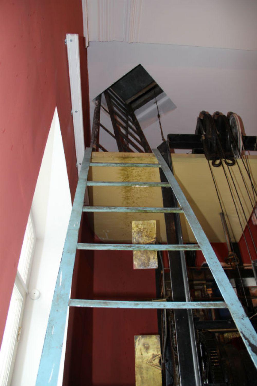 Время, вперёд! Точнее - наверх. Лестница в башню с циферблатом и стрелками.