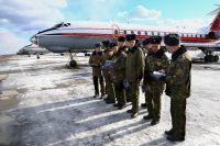 Курсанты ждут приказа от командира о начале учебных вылетов.