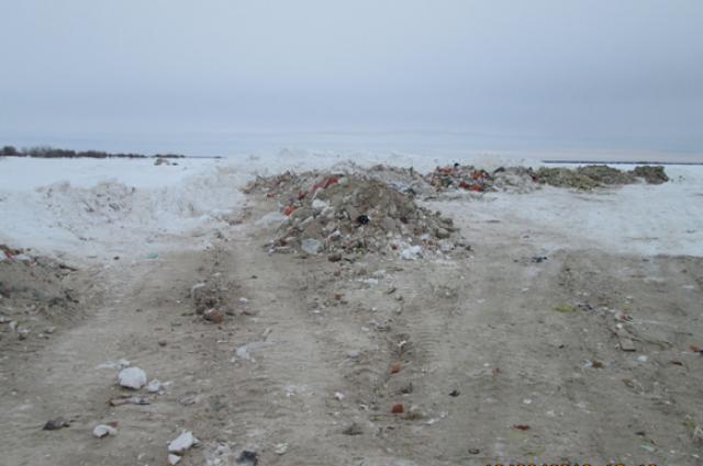 Строительный мусор в водоохранной зоне Иртыша.