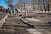Чиновники рапортуют о ямочном ремонте дорог практически каждый день.