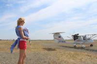 Екатерина Тоцкая с малышом на Романовском аэродроме: где не проедет коляска, пройдёт мама-кенгуру.
