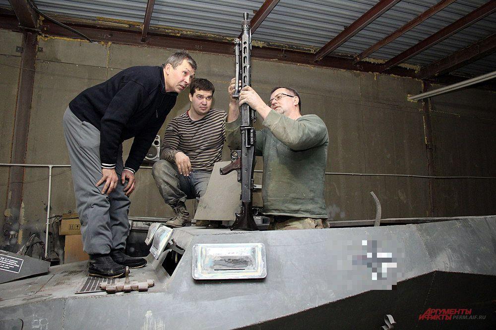 Следующая задача – сделать установку (турель) для крепления двух пулемётов MG-42