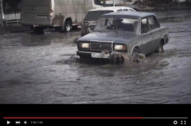 Машины тонут в лужах на омских дорогах.