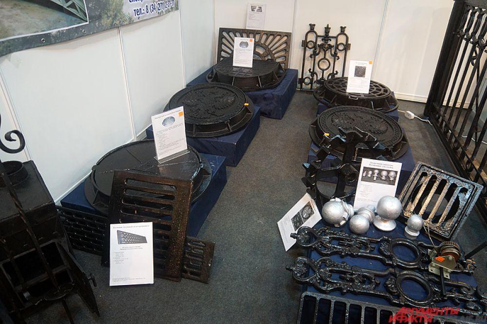На отдельном стенде разместились изделия из железа: люки, кованые изделия и многое другое.