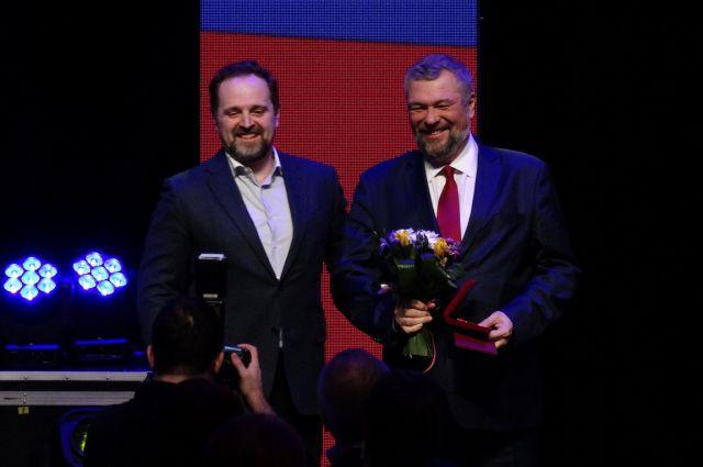 Министр природных ресурсов Сергей Донской вручает награды нефтяникам.