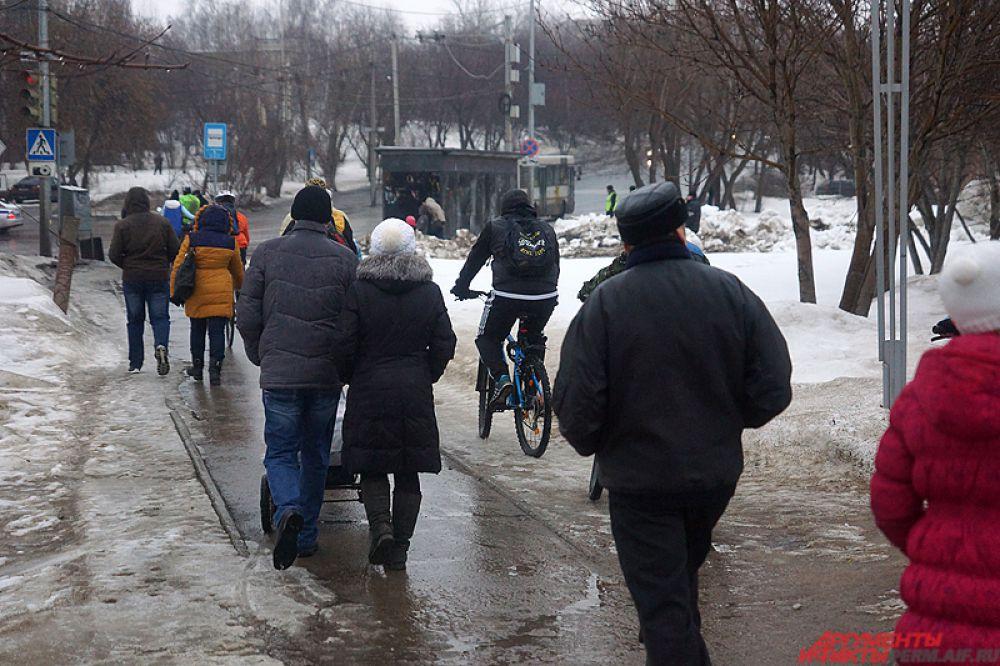 Велосипедисты ехали неспешно, стараясь держаться ближе друг к другу.
