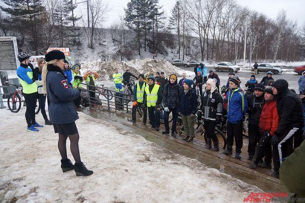 Перед началом мероприятия всех участников пробега проинструктировали полицейские.