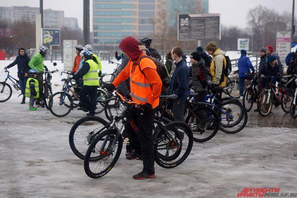 Несмотря на дождь и слякоть, акцию пришли поддержать около сотни велосипедистов.
