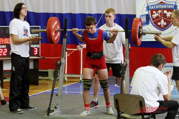 Каждого спортсмена страхуют трое, по его сигналу они помогают опустить штангу.