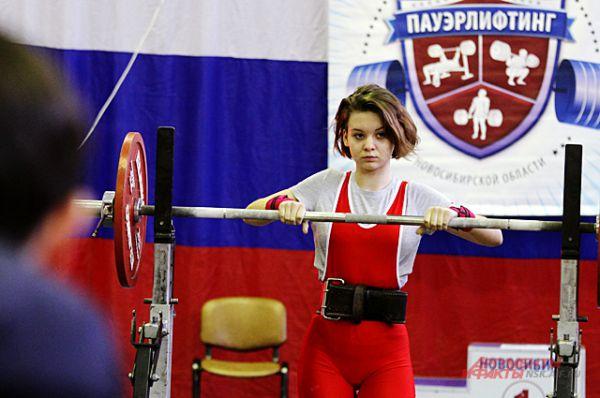 К поднятию штанги спортсменки готовятся тщательно.