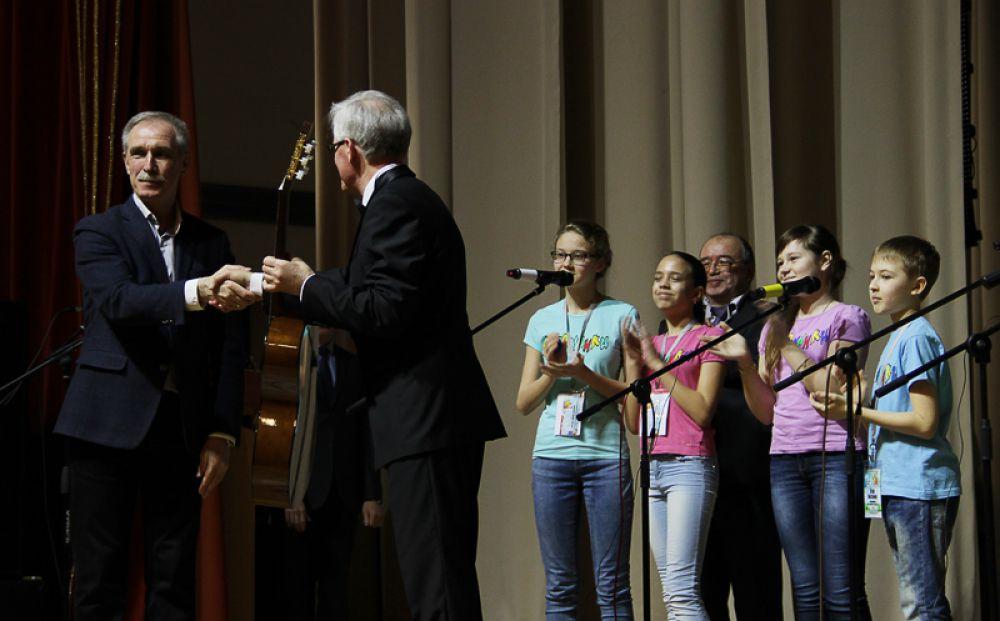 Глава региона подарил Александру Додосову, руководителю множества творческих коллективов, очередную гитару.