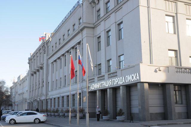 Омич заблокировал себя в машине у мэрии города.