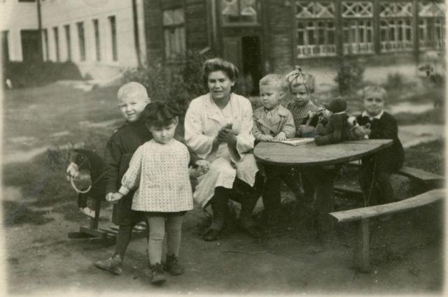 В Челябинске во время войны работали детсады, но мест там не  хватало. Детсад в районе железнодорожного вокзала,1940-50-е гг.