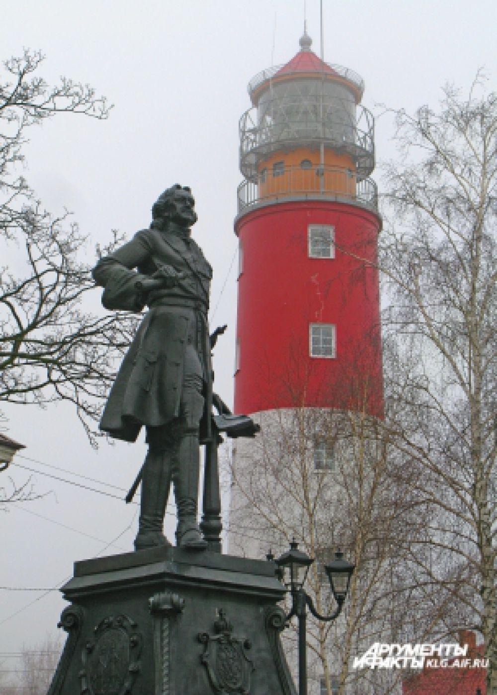 Скульптура Петра I в полный рост была воздвигнута в честь 300-летия Балтийского флота. Рядом - уникальный 200-летний маяк.