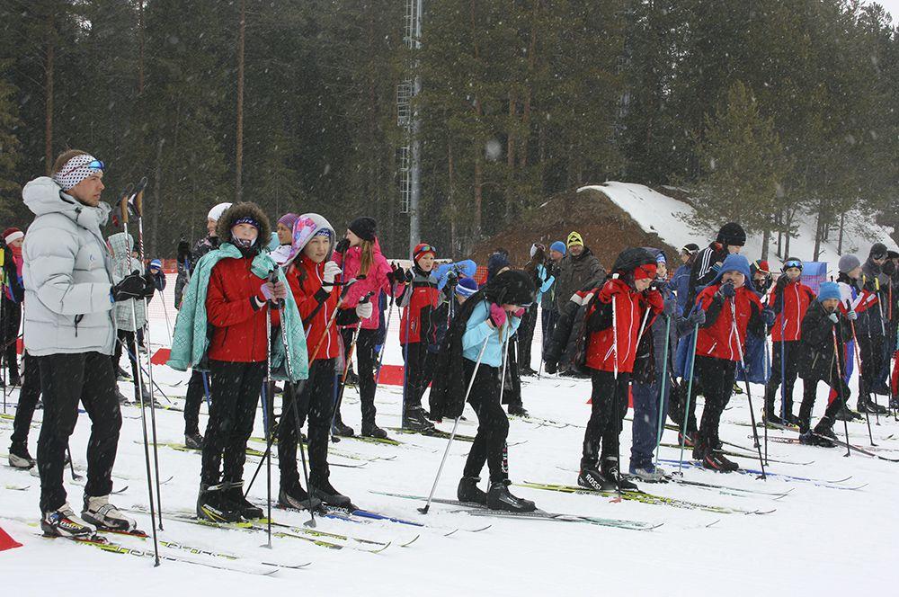 Юные лыжники готовятся к массовому забегу.