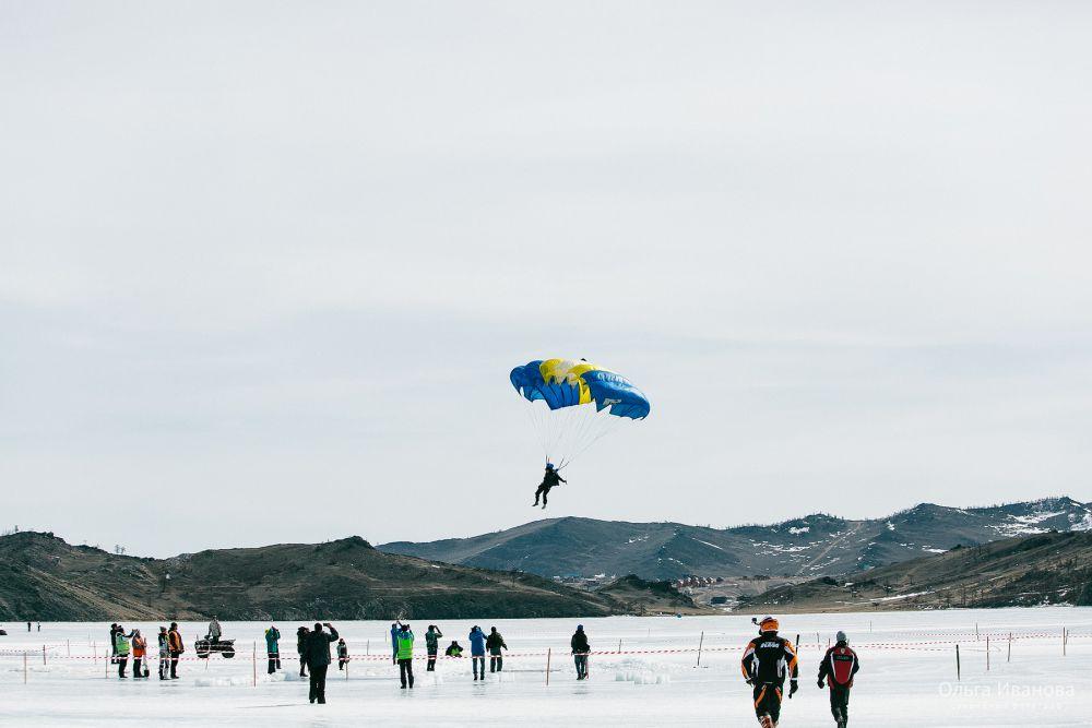Соревнования открыли парашютисты.