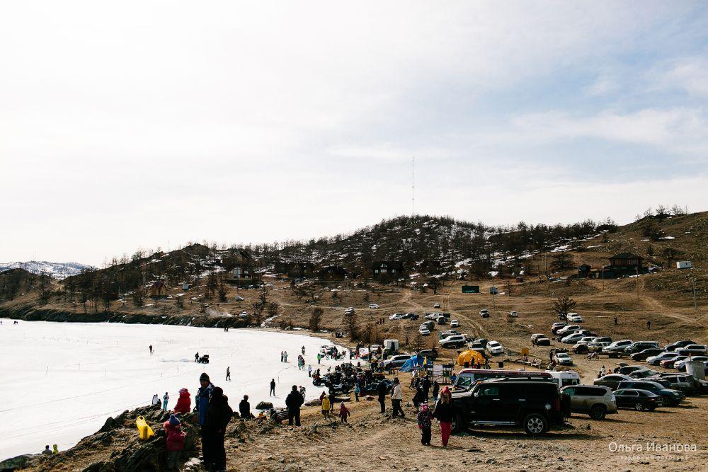 Участников и зрителей собралось столько, что очень скоро берег залива полностью заставили машинами.