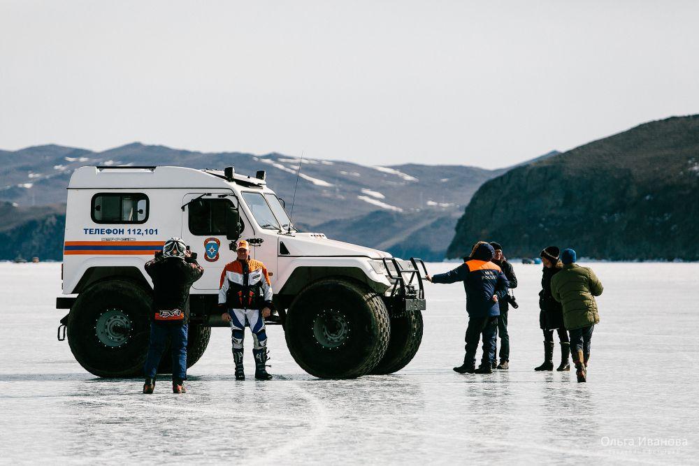 В фестивале приняли участие и спасатели. Показали технику и дали мастер класс-по спасению человека, провалившегося под лед.