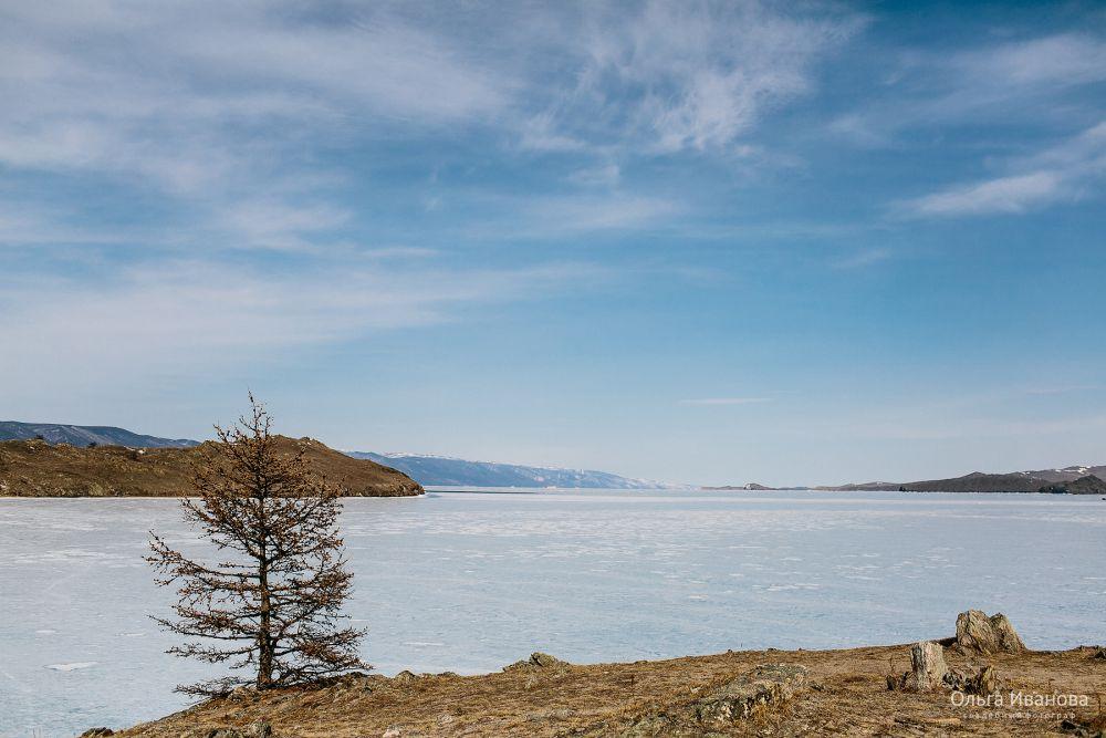 Лед в это время на Байкале все еще крепкий.
