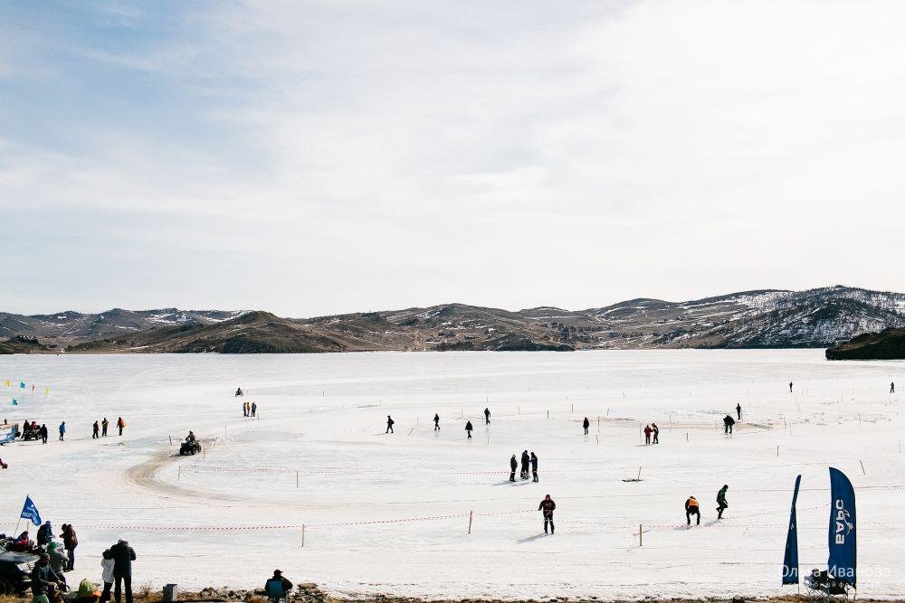 На льду залива были устроены трассы и разметка.