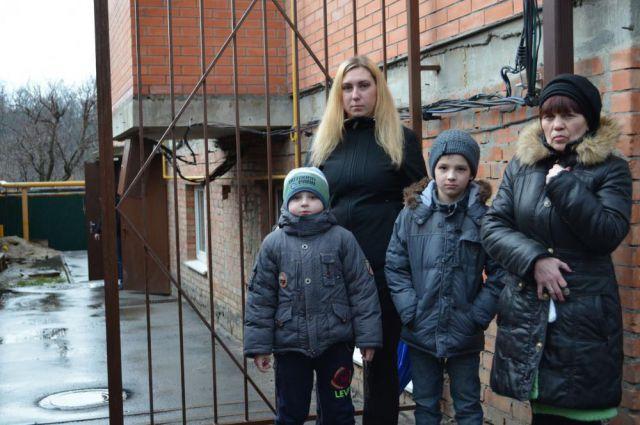 Жильцы дома на Атлетической скоро могут оказаться на улице.