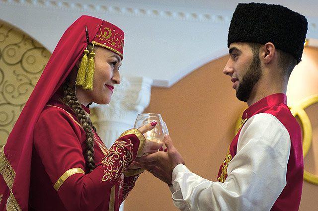 Участники свадебной церемонии в традициях крымских татар.