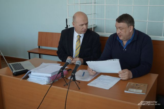 Пока Васильев (справа) под судом, в районе копятся проблемы