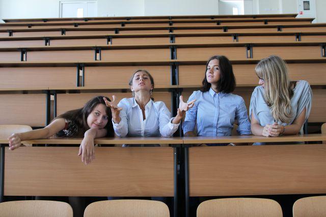 В университетской аудитории современному студенту тесно.