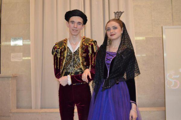 Зрителей встречали актёры в костюмах той эпохи, о которой повествует «Юнона» и «Авось».