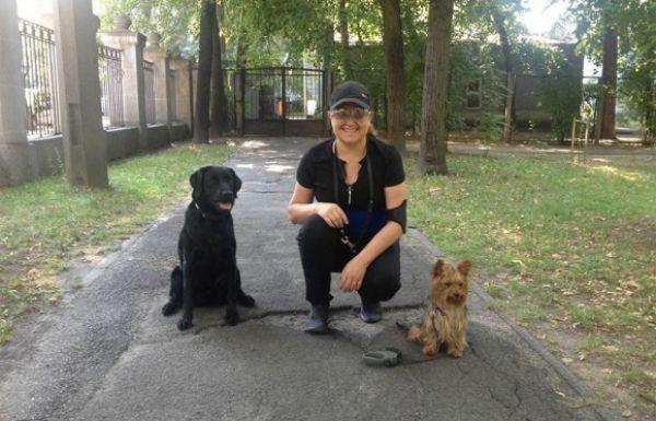 Наталья Могилевская с йорком Мошкой и лабрадором Айкой