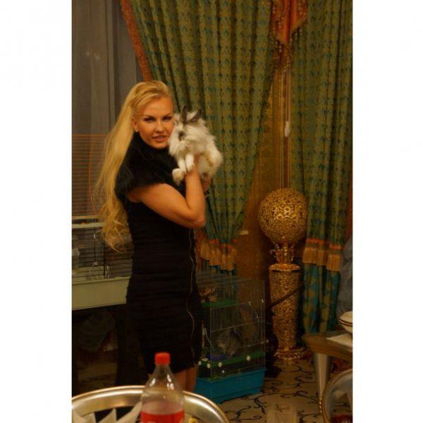 Камалия очень любит животных – девушка окружила себя целым зоопарком. У нее дома проживают попугай Рома