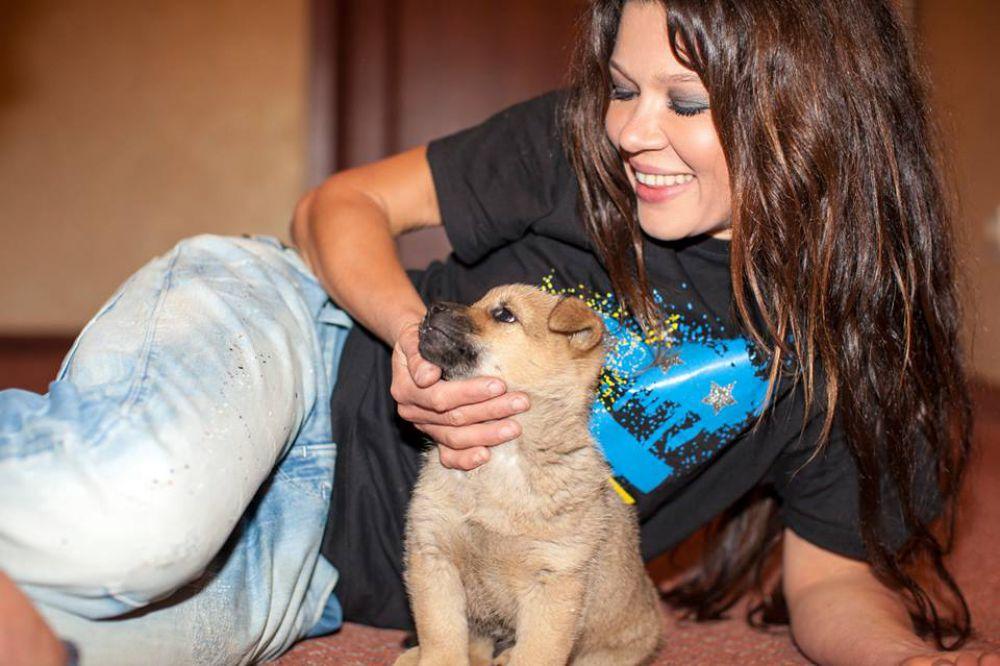 Певица Руслана приютила у себя дома бездомного щенка