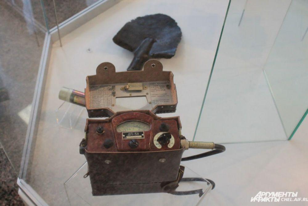 Дозиметр и лопата, входившие в экипировку ликвидаторов.