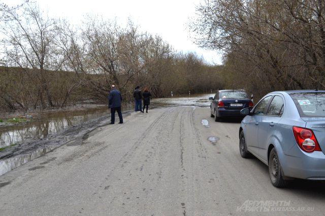 Кемеровчанам на время паводка обещают открыть объездную дорогу до Улуса по технологической трассе каменного карьера. Привычную дорогу Томь опять затопит и начнёт подмывать.