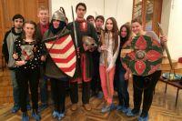Дмитрий (в центре) и его ученики.
