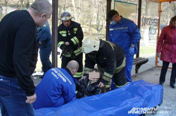 Пострадавшую на остановке девушку скорая помощь госпитализировала в первую очередь. По трагическому стечению обстоятельств девушка, ждавшая автобус общественного транспорта, оказалась на пути взбешенной легковушки.
