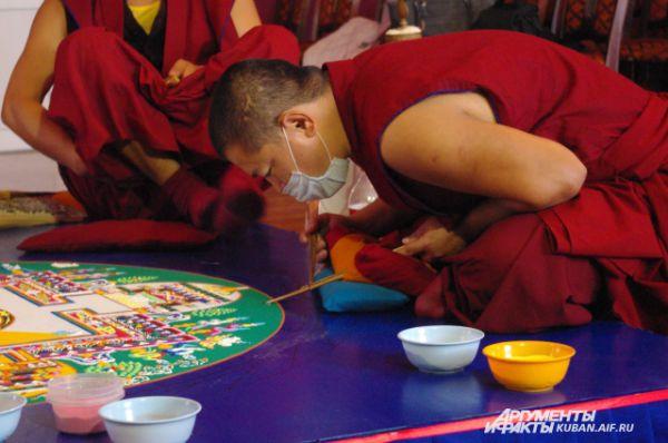 Искусству построения мандалы тибетских монахов учат в монастыре 16 лет.