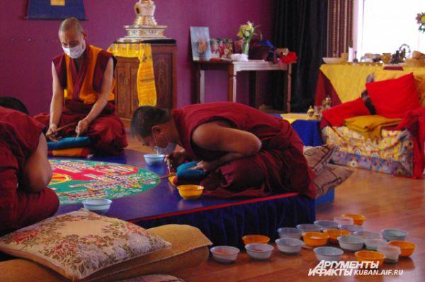 Монахи создают мандалу в течение 5-6 дней с 12 часов дня и до 18 часов вечера. Все это время они выполняют миниатюрную работу, сидя в позе лотоса. Если что-то не получилось, нужно стирать кусочек изображения и переделывать.