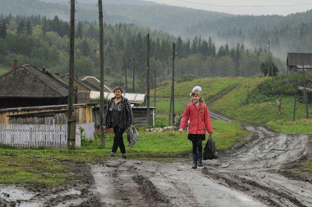 Некоторым школьникам приходится ежедневно ходить пешком до школы 3-4 км.
