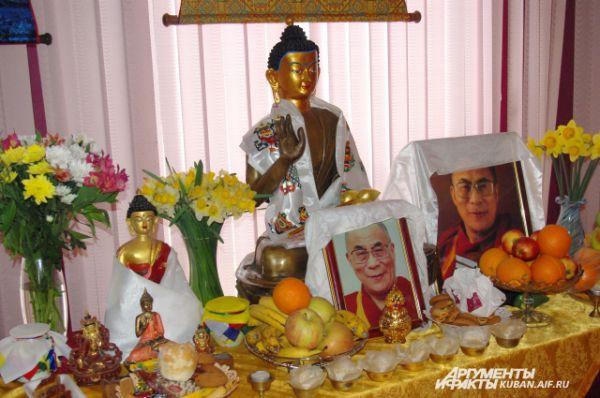 Помещение в краснодарском офисном центре превратилось в буддийский храм. На алтаре здесь всегда изображения духовного лидер Тибета - Далай-Ламы XIV.