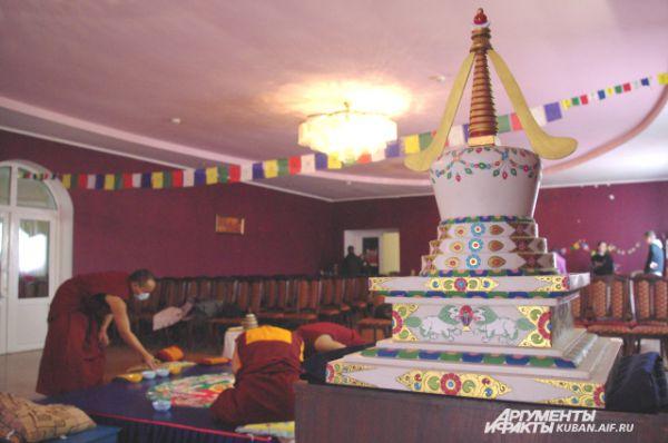 В зале даже установили буддийскую ступу.