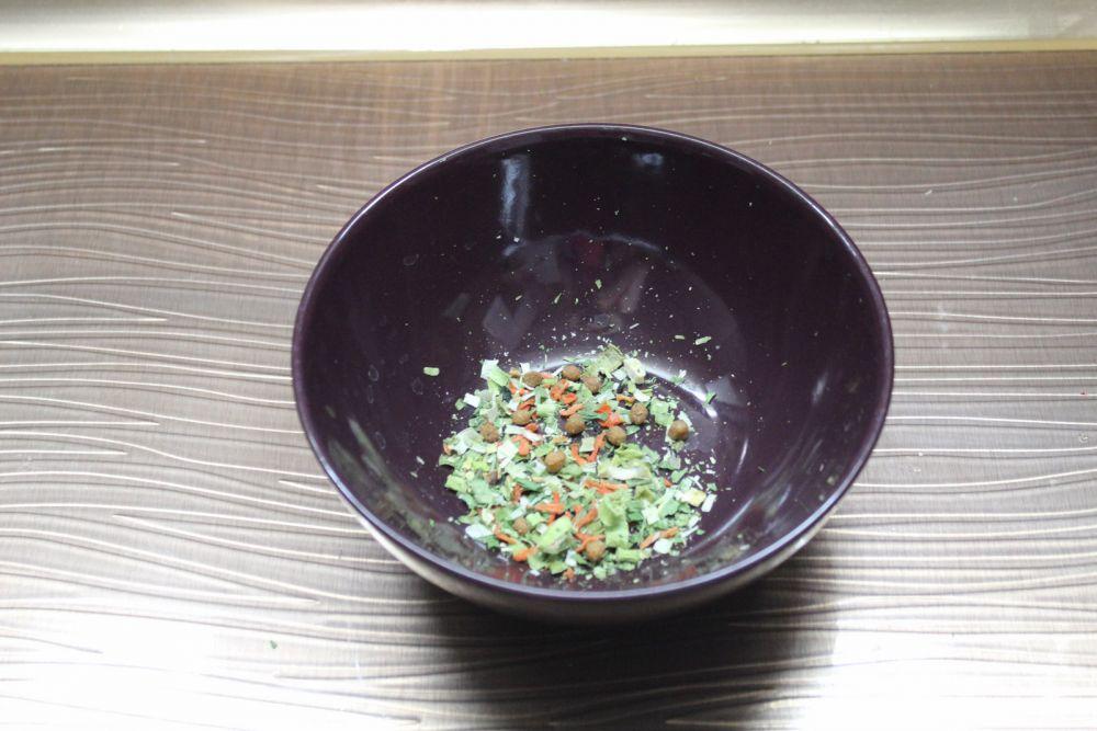 Высыпаем в тарелку «зелень и овощи» .