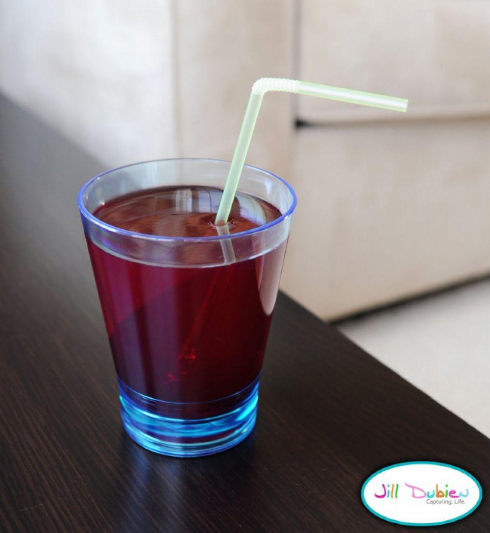 Выпить этот «сок» из желе вряд ли получится, но можно получить кучу положительных эмоций, наблюдая за реакцией человека, который не понимает, почему сок не выливается из опрокинутого стакана.