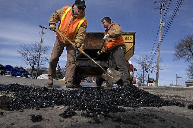 Дороги ремонтируют во всех округах Омска.