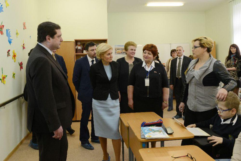 Мама одного из воспитанников (справа) рассказала вице-премьеру об учебе сына.