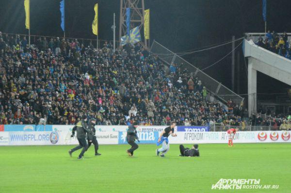 В итоге смельчак скрылся в секторе фанатов московской команды!