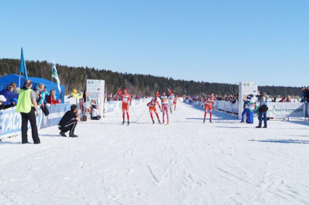Всю гонку лидеры-мужчины бежали в общей группе и на финиш накатили единой волной. Самым расторопным на финише стал Тони Ливерс (Швейцария). Второе место занял российский биатлонист Юрий Шопин. Всего мгновение ему уступил француз Бастиен Порриер.
